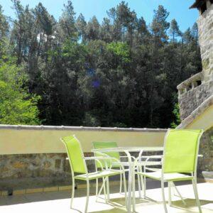 Die Dachterrasse des Ferienhauses Bergerie bietet eine Aussicht auf dem Fluß und dem Hügel an der anderen Seite.