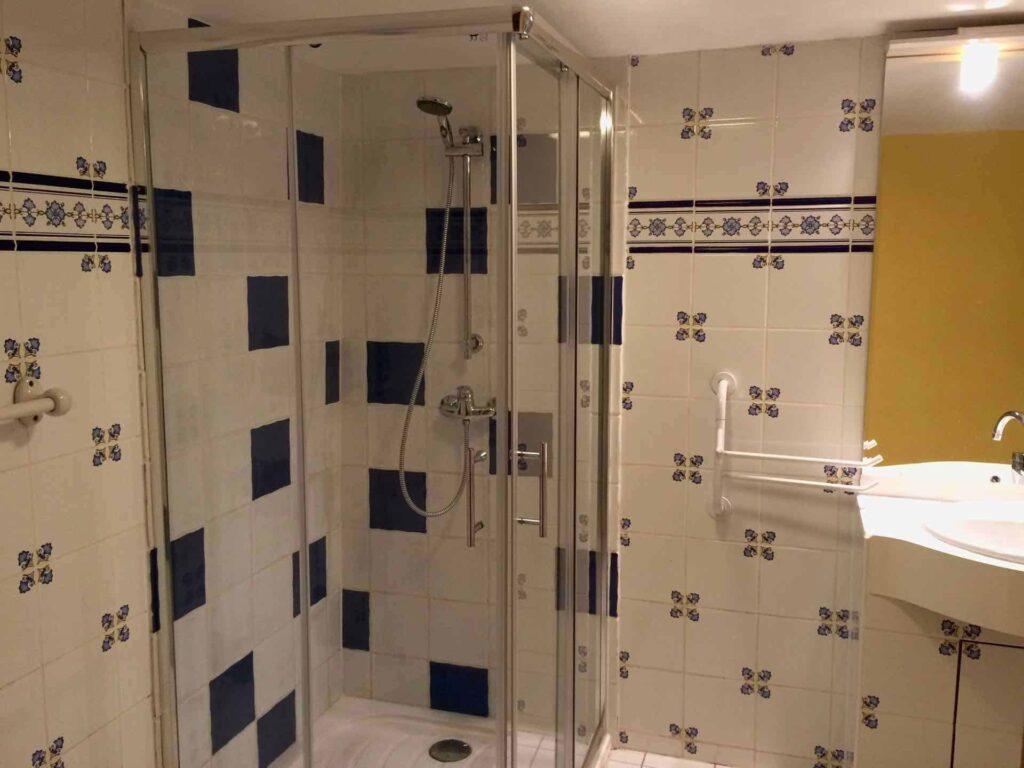 Die Dusche im Badezimmer vom Ferienhaus Gîte du Moulin