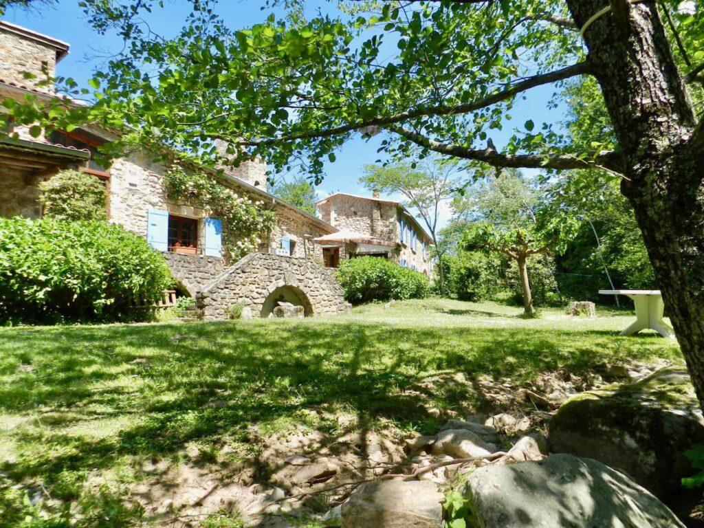 Der Rasen vor der Terrasse Richtung Fluß des Ferienhauses Gîte du Moulin