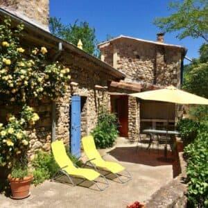 Gîte du Moulin gîte de séjour avec sa terrasse, transats, table, fauteuils, parasol et barbecue