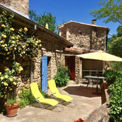 Gîte du Moulin holiday home with its terrace, deck chairs, outside table, chairs, sun shade and barbecue