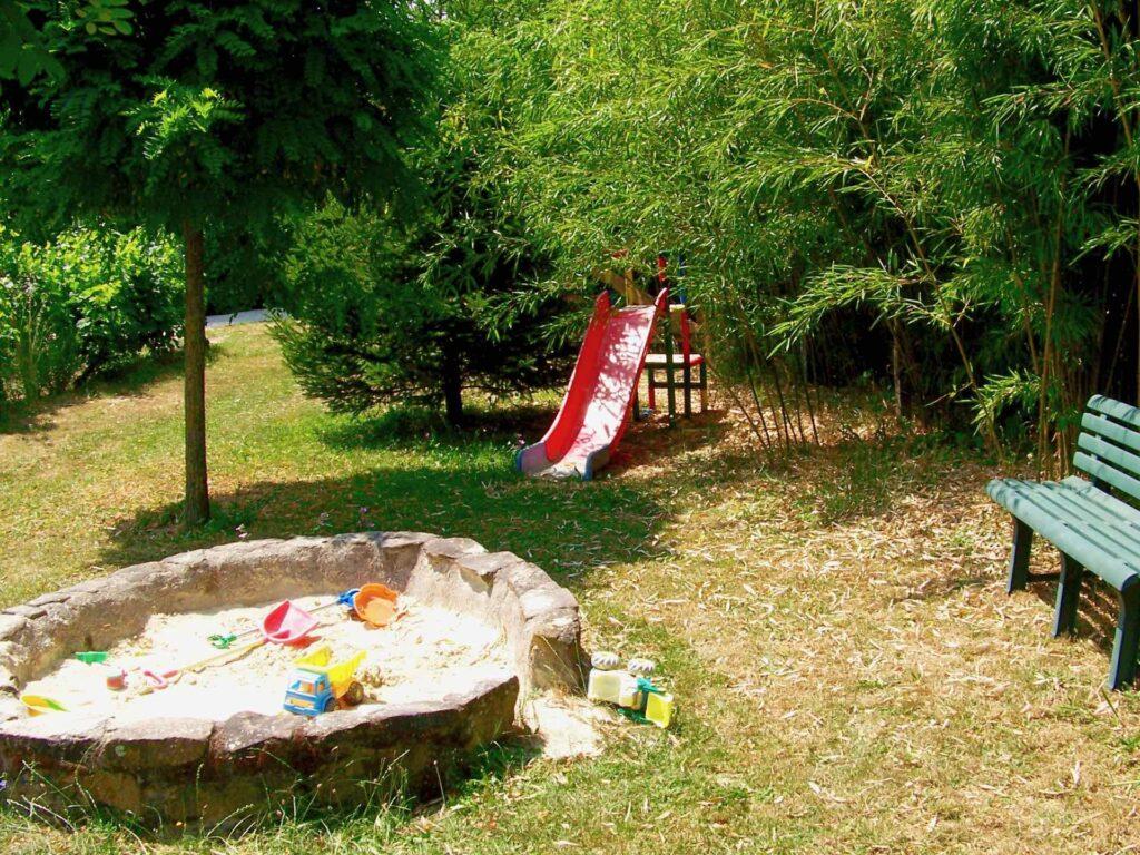 Aire de jeux avec bac à sable et toboggan