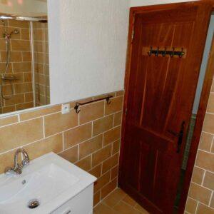 De badkamer van vakantiehuis Bergerie met wastafel en douche
