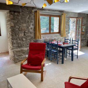 Gîte du Moulin Wohnzimmer mit Fenster und Eingang zum Schlafzimmer